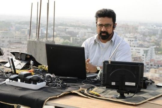 Unnaipol Oruvan Kamal - what is he doing?